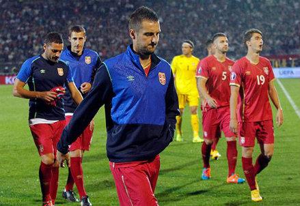 I giocatori serbi escono dal campo dopo la sospensione contro l'Albania