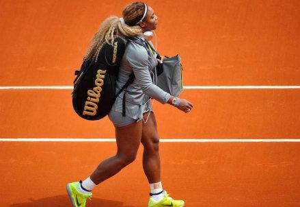 Serena Williams entra sul Philippe Chatrier per l'incontro di primo turno