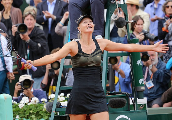 Maria Sharapova, 25 anni: qui ha appena battuto Sara Errani nella finale del Roland Garros (Infophoto)