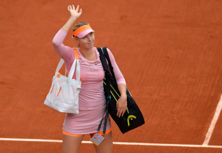 Maria Sharapova saluta la folla al Roland Garros dopo la vittoria al primo turno