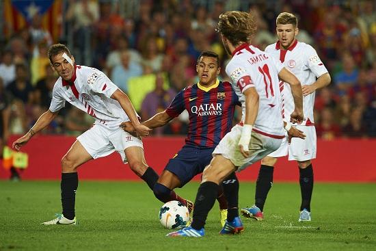 Fernando Navarro e Ivan Rakitic contro il Barcellona (Infophoto)