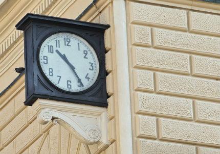 L'orologio della stazione di Bologna (Infophoto)