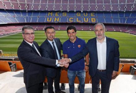 Luis Suarez con Josep Maria Bartomeu, Jordi Mestre e Andoni Zubizarreta