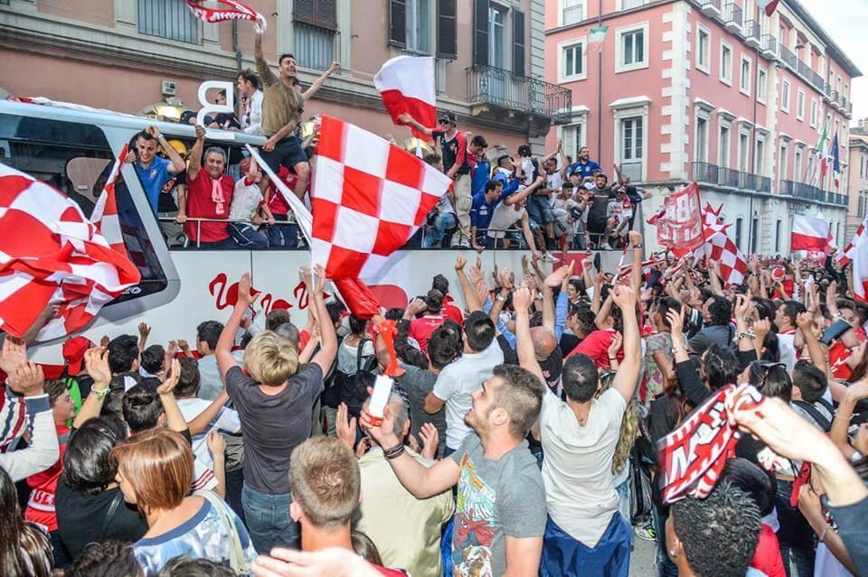 Il Teramo festeggia la promozione in Serie B (da facebook.com/Teramo-Calcio-1913)