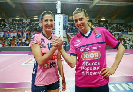 Valentina Tirozzi (29 anni) e Martina Guiggi (31) capitani di Casalmaggiore e Novara (dall'account Twitter ufficiale @PomìVBC)