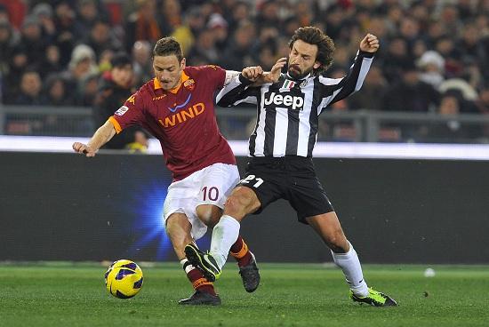 Francesco Totti contro Andrea Pirlo (Infophoto)