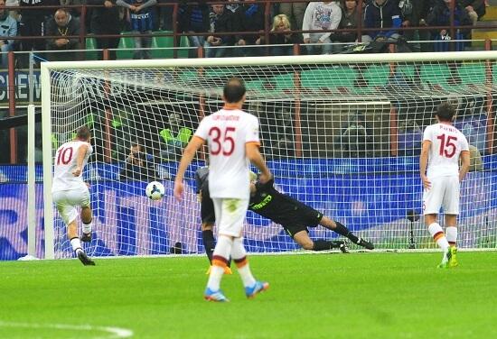 Totti segna il rigore dello 0-2 a San Siro: la Roma vola (Infophoto)