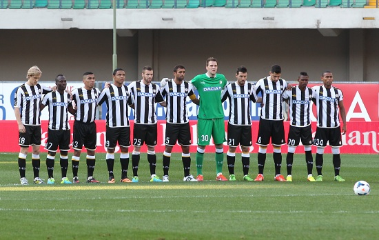 L'Udinese schierata in campo al Bentegodi (Infophoto)