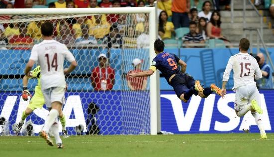 Il gol di Robin Van Persie ai Mondiali contro la Spagna (Infophoto)