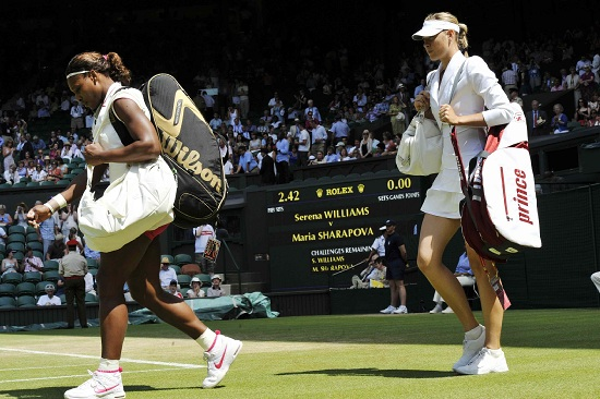 Serena Williams e Maria Sharapova entrano in campo a Wimbledon (Infophoto)