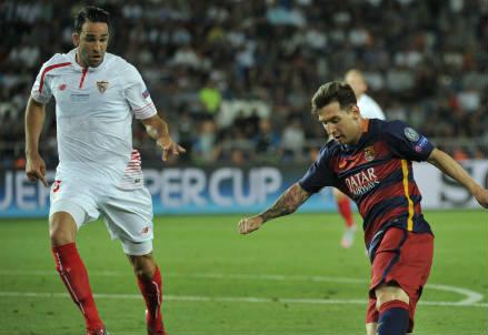 L'ex milanista Adil Rami (sinistra), 29 anni e Lionel Messi, 28, nella Supercoppa Europea vinta 5-4 dal Barcellona (INFOPHOTO)
