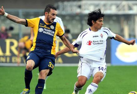 Massimo Agostini (sinistra), 35 anni, dell'Hellas e il cileno Matias Fernandez, 28, della Fiorentina (INFOPHOTO)