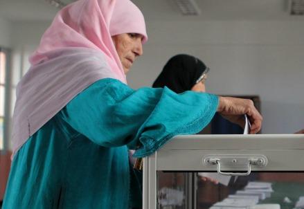 Una donna vota alle ultime presidenziali inAlgeria, nel 2014 (Infophoto)