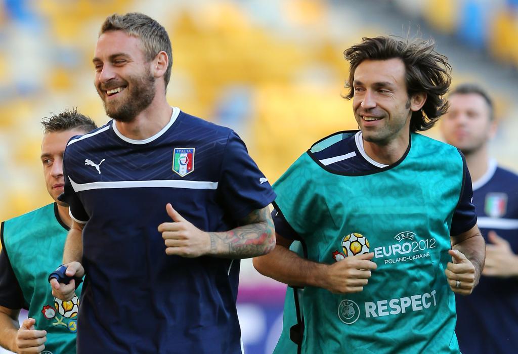 De Rossi e Pirlo sorridenti in allenamento (Infophoto)