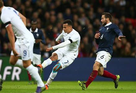 Il centrocampista inglese Dele Alli, 19 anni, scocca il tiro dell'1-0 (dall'account Twitter ufficiale @UEFAEURO)
