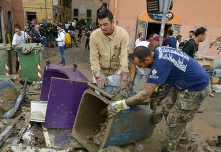 Per le strade colpite dall'alluvione, a Genova (Infophoto)