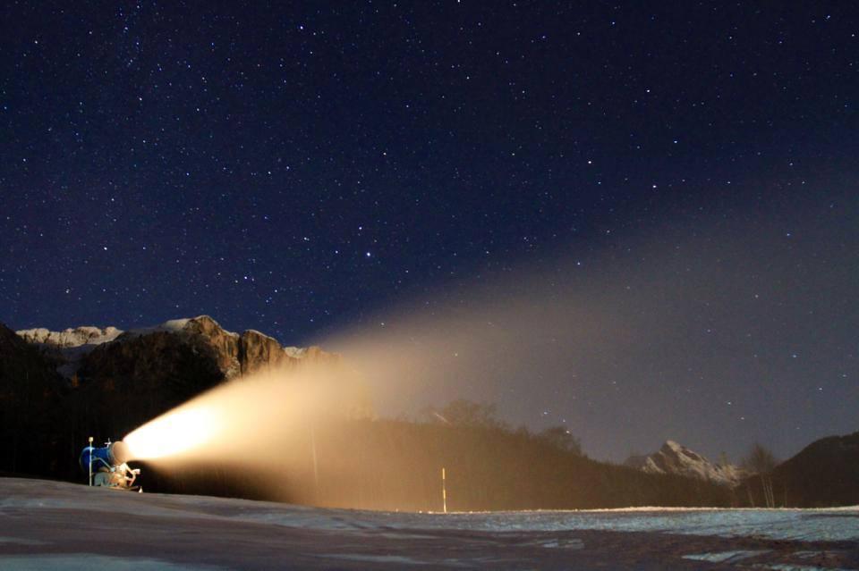 In Alta Badia si è lavorato anche di notte per l'innevamento artificiale (da Facebook Alta Badia)