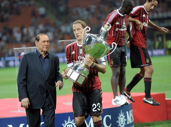 Massimo Ambrosini (a destra), 35 anni, con Silvio Berlusconi, 76 (INFOPHOTO)