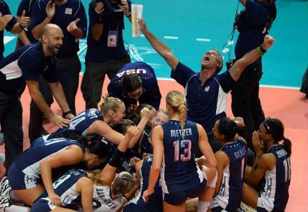 La gioia del team USA a fine partita (dall'account Twitter ufficiale @usavolleyball)