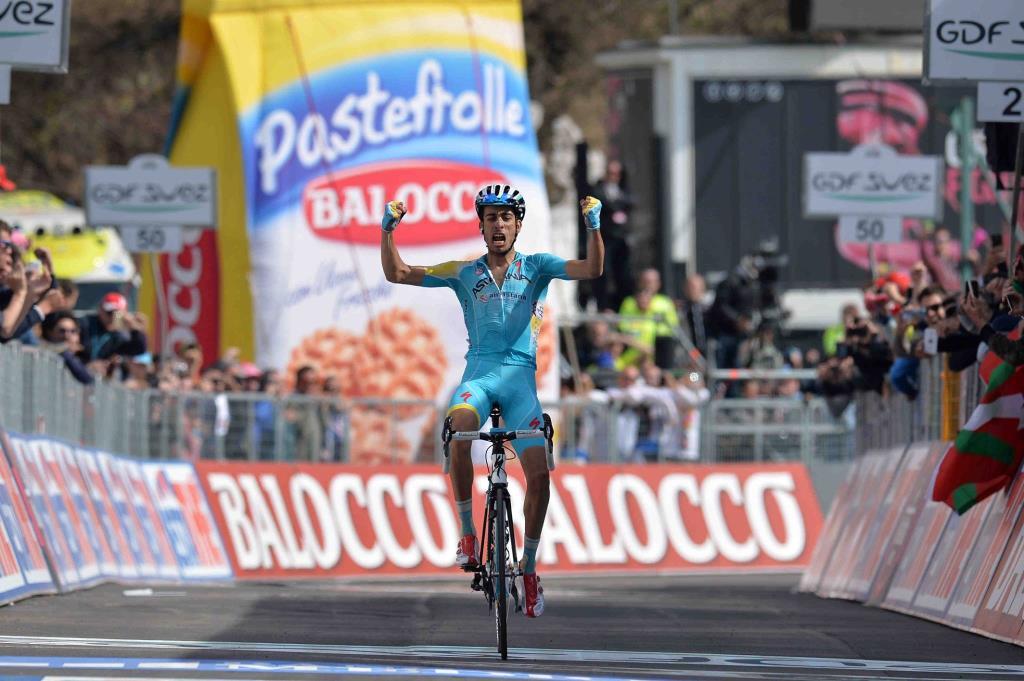 Fabio Aru vince sul traguardo di Montecampione (da Facebook)