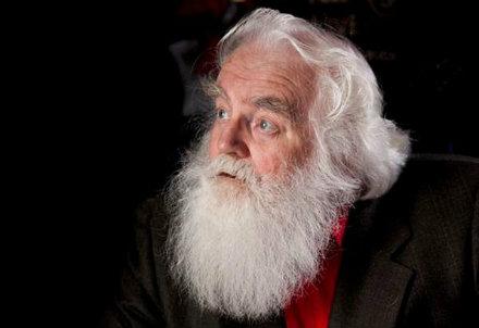 John Moore nei panni di Babbo Natale