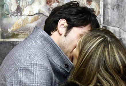Un bacio di due innamorati (Foto: Infophoto)