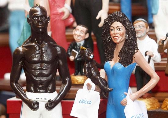 Mario Balotelli e Raffaella Fico rappresentati in un presepe napoletano (INFOPHOTO)