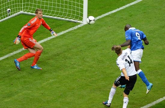 Il primo gol di Mario Balotelli (Infophoto)