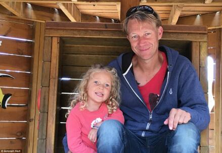 Il papà biologico con la figlia ritrovata, foto Amina Hart
