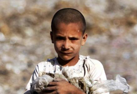 Un bambino in Pakistan (Infophoto)