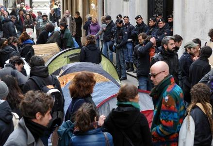 Risparmiatori in piazza (Infophoto)
