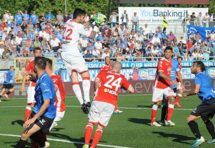 Varese e Novara lottano in zona playout (INFOPHOTO)