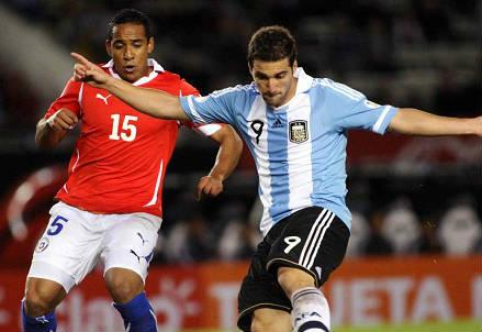 Il cileno Jean Beausejour (sinistra), 31 anni e l'argentino Gonzalo Higuain, 27, nel precedente dell'ottobre 2011 (INFOPHOTO)