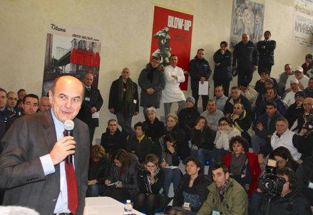 Il segretario del Pd durante la visita al carcere di Padova
