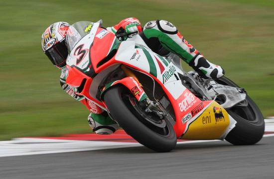 Max Biaggi in azione con l'Aprilia in Superbike (Infophoto)