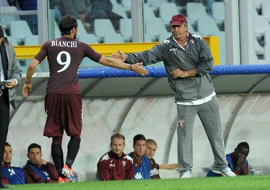 Rolando Bianchi, 29 anni, riceve il cinque dal suo allenatore Giampiero Ventura (INFOPHOTO)