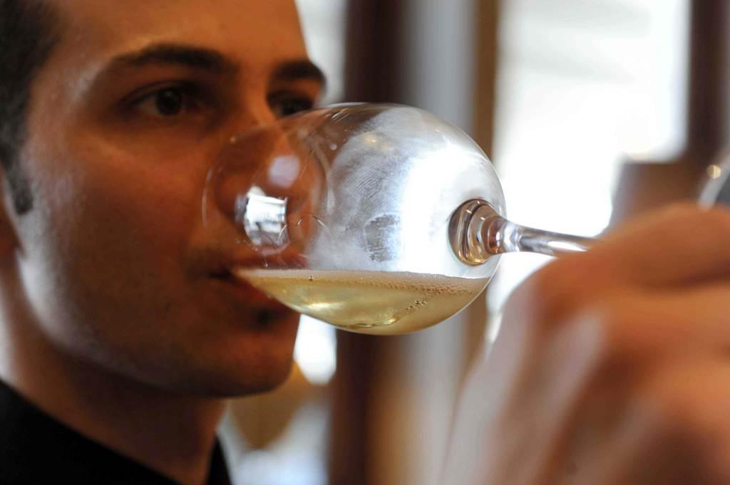 Un bicchiere di vino degustato (Foto: Infophoto)