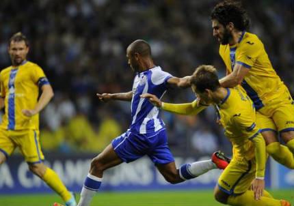 Yacine Brahimi, 24 anni, al tiro per il suo secondo gol (dall'account Twitter ufficiale @ChampionsLeague)