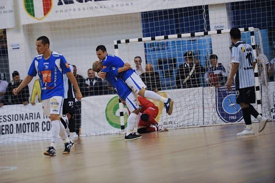 una gara di calcio a 5 (infophoto)