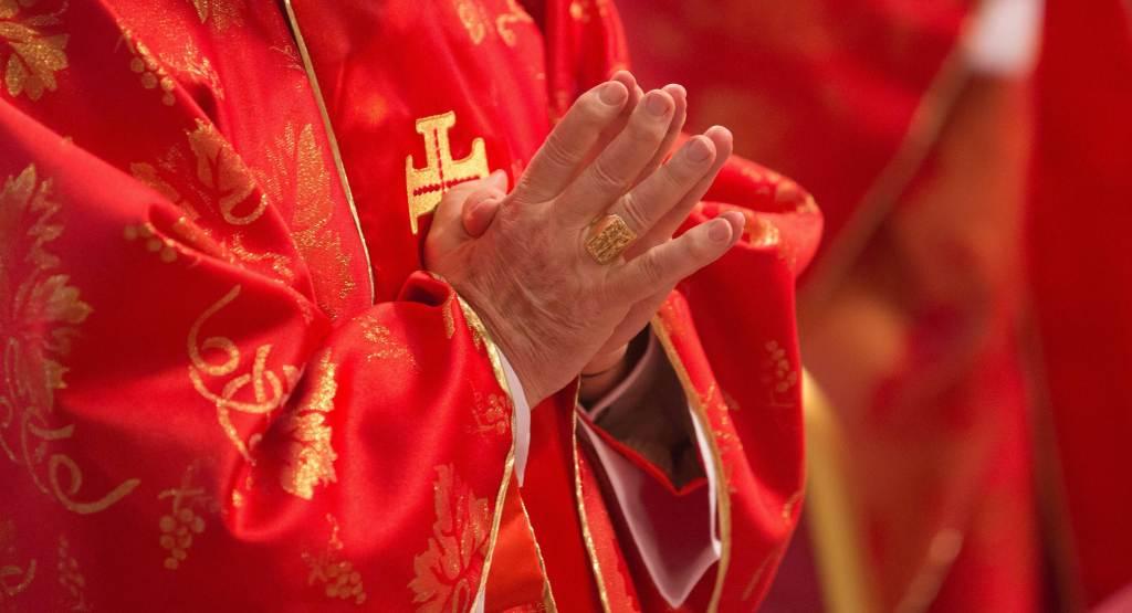 Un cardinale in preghiera (Foto: Infophoto)