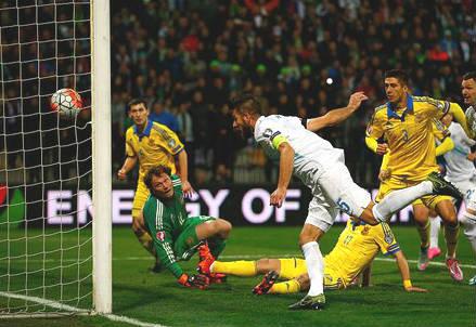 Il gol del difensore sloveno Bostjan Cesar, 33 anni, per l'1-0 (dall'account Twitter ufficiale @UEFAEURO)
