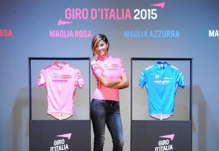 Cristina Chiabotto, 28 anni, con le maglie del Giro (dall'account Twitter ufficiale @giroditalia)