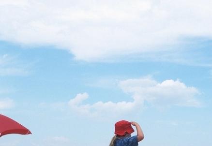 Un bambino guarda il cielo (Foto: Infophoto)