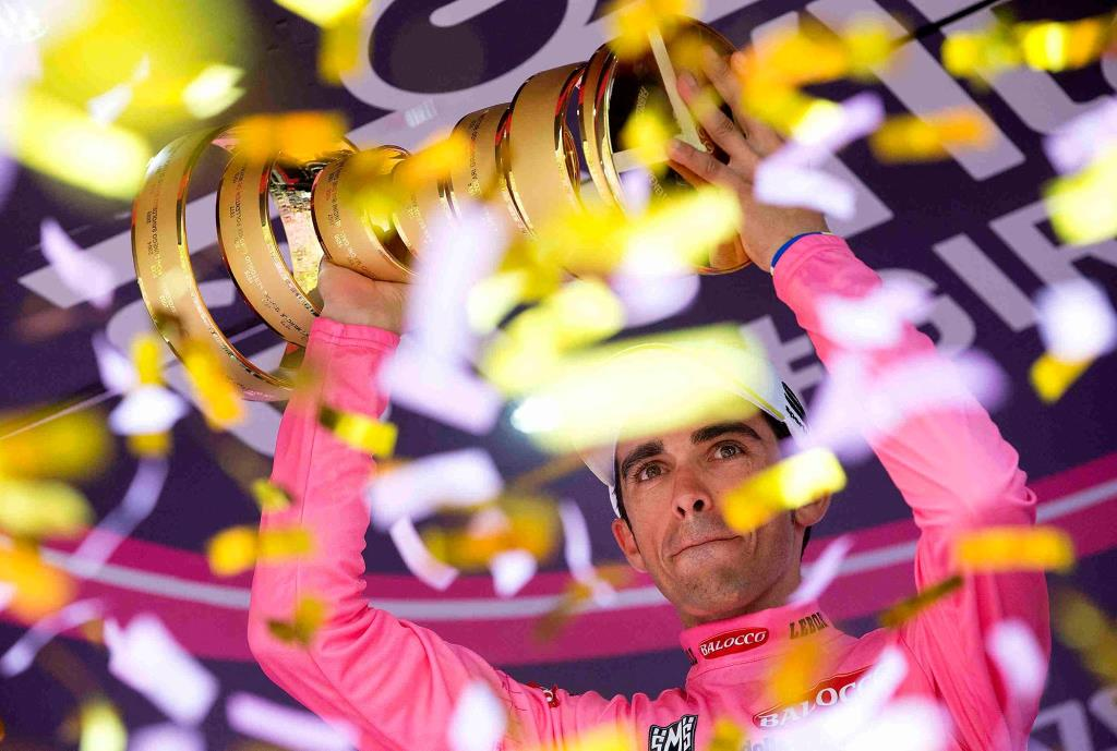La festa per Alberto Contador sul podio (da Facebook Giro d'Italia)
