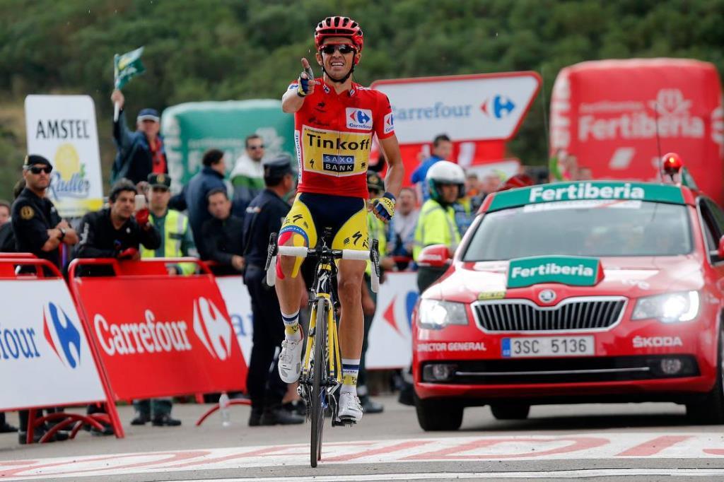 Alberto Contador esulta sul traguardo della 16a tappa