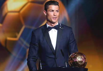 Cristiano Ronaldo, 30 anni, con il suo terzo Pallone d'Oro (dall'account Twitter ufficiale @FIFAcom)