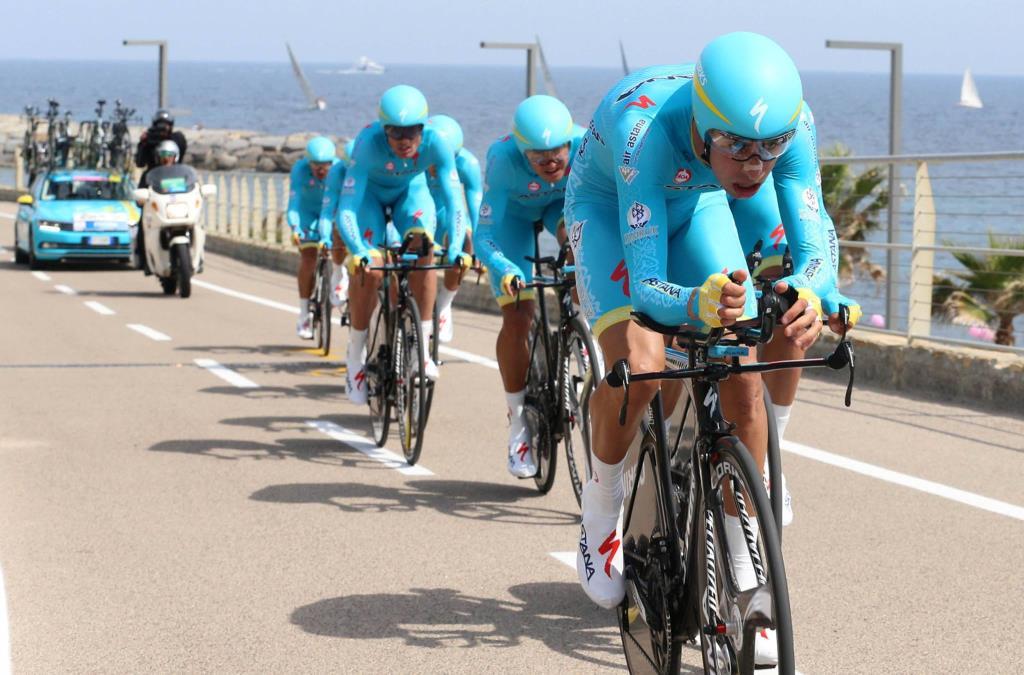 L'Astana in azione nella cronosquadre del Giro d'Italia (da Facebook)