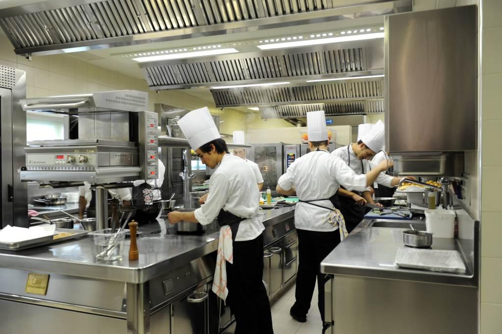 Cuochi al lavoro in un ristorante (Foto: Infophoto)