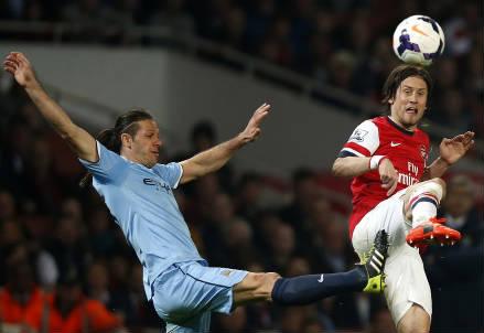 Da sinistra Martin Demichelis, 33 anni, del Manchester City e Tomas Rosicky, 33, dell'Arsenal (INFOPHOTO)