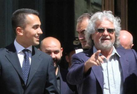 Luigi Di Maio (S) con Beppe Grillo (Infophoto)